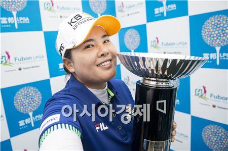 박인비가 푸본대만챔피언십 우승 트로피를 들고 셀프카메라를 찍으며 환하게 웃고 있다. 타이베이(대만)=Getty images/멀티비츠