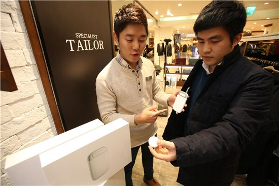 롯데백화점에서 스마트웨어 '아발란치' 제품을 선보이고 있다.