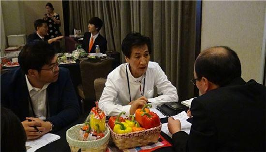 ▲파프리카 수출선도조직 코파 관계자가 싱가포르에서 열린 K-푸드 페어에서 현지 바이어와 수출 상담을 진행하고 있다.
