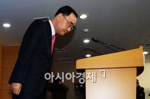 정홍원 총리가 11월 6일 공무원연금개혁 관련 담화문을 발표하기에 앞서 인사를 하고 있다.