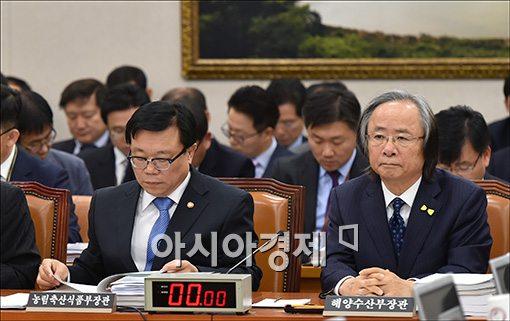 [포토]세월호 특별법 처리 지켜보는 이주영 장관