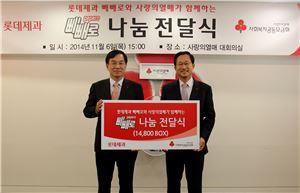 김용수 롯데제과 대표이사(왼쪽)가 김주현 사랑의열매 사무총장에게 빼빼로를 전달한 후 기념촬영을 하고 있다.