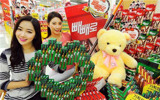 7일 서울 홈플러스 영등포점에서 모델들이 다양한 빼빼로를 선보이고 있다