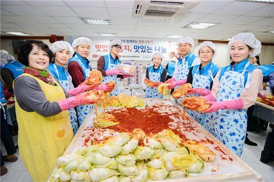KDB생명 임직원들이 서울 영등포 종합사회 복지관에서 '사랑의 김장 나눔행사'를 실시하고 있다.