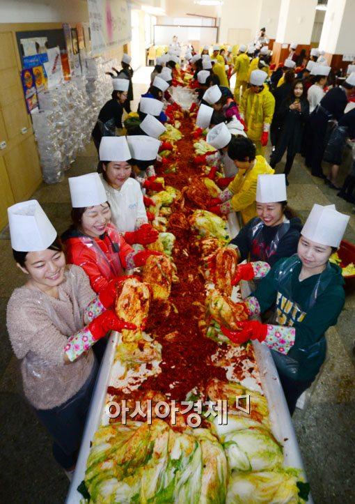 [포토]빨간 김장으로 사랑을 나눠요