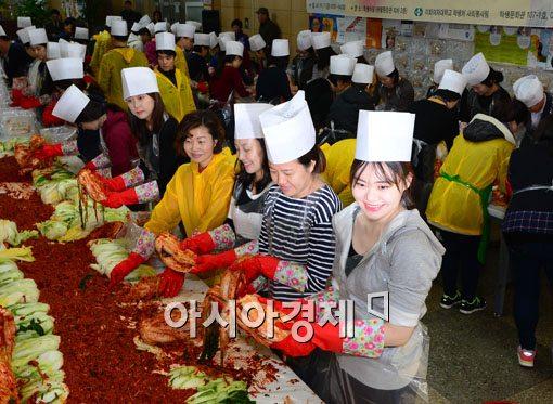 [포토]이화여대, 사랑의 김장 나누기 행사 개최