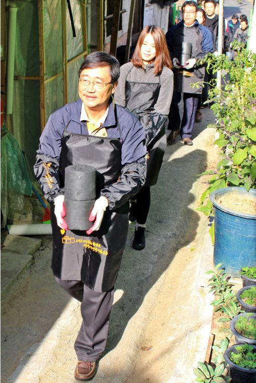 효성캐피탈의 김용덕 대표(앞에서 첫번째) 등 임직원 40여명이 7일 서울시 강남구 수정마을에서 사랑의 연탄 1400여장을 겨울을 나기 어려운 저소득계층에 직접 배달하고 있다.