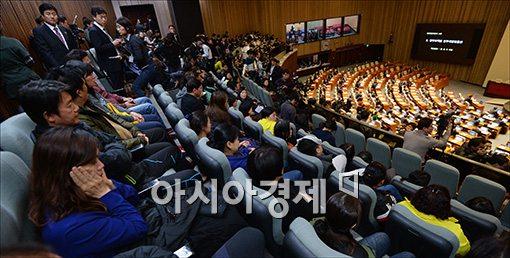 [포토]국회 본회의장 찾은 세월호 유가족들