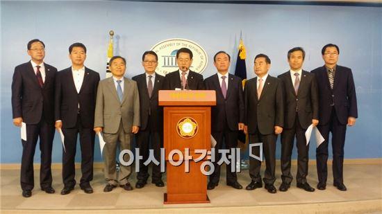 광주~완도간 고속도로 조기착공을 촉구하고 있는 광주 전남 국회의원들과 신우철 완도군수.