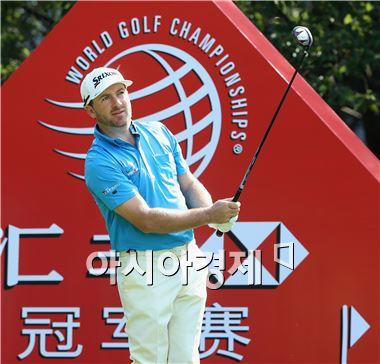 그래엄 맥도웰이 HSBC챔피언스 둘째날 3번홀에서 샷을 하고 있다. 상하이(중국)=Getty images/멀티비츠