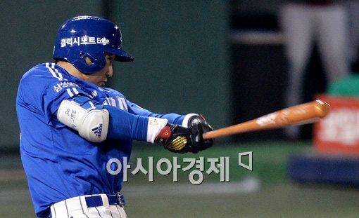 [포토]이승엽, '약속의 8회 행운의 동점 적시타'