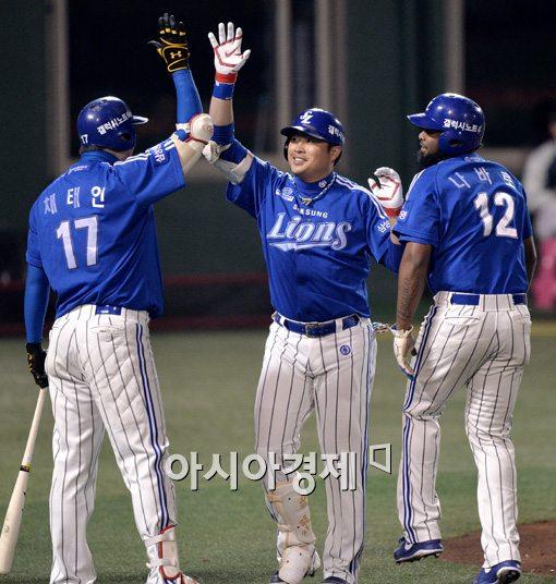 [포토]박한이, '역전 투런포 환호'