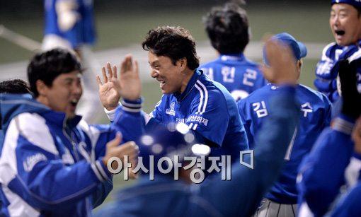 [포토]박한이 역전 투런으로 잔치집이 된 삼성 덕아웃