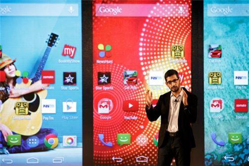 최근 구글 2인자로 부상한 수다르 피차이 수석 부사장이 지난 9월15일 인도 뉴델리에서 안드로이드 원 스마트폰을 발표하고 있다. 사진=블룸버그