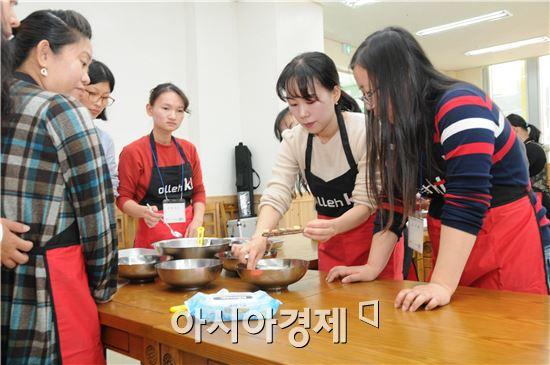 GiGA빼빼로 만들기 2차 강좌에 참여한 다문화 여성들이  수제 빼빼로를 만들고 있다.