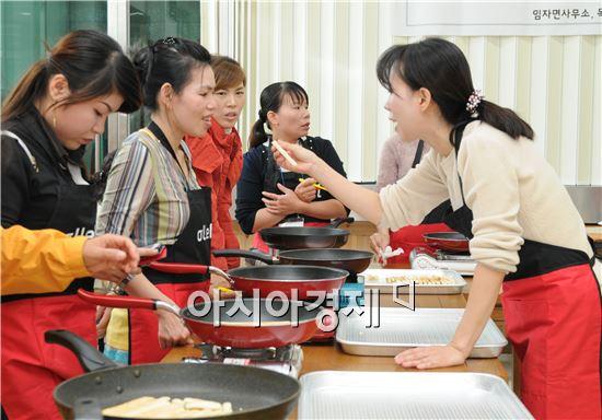 GiGA빼빼로 만들기 2차 강좌에 참여한 다문화 여성들이 만든  수제 빼빼로를  만들고 있다.