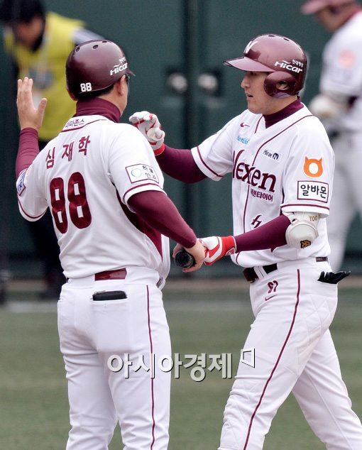 [포토]유한준, '쓰리런 이어 쐐기 솔로포 쾅!'