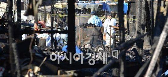 개발방식을 두고 갈등을 빚어 무산됐던 구룡마을 개발사업이 '전면 수용' 방식으로 재추진된다. 지난 11월 9일 화재가 발생한 구룡마을 화재현장에서 현장 감식반이 곳곳을 둘러보고 있다. (사진 : 최우창 기자)