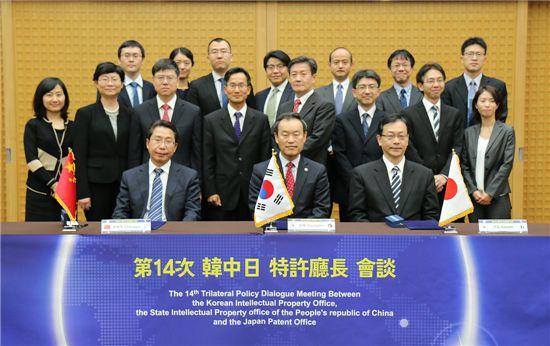 김영민(앞줄 왼쪽에서 2번째) 특허청장, 션창위(SHEN Changyu) 중국 특허청장(앞줄 맨왼쪽), 이토 히토시(ITO Hitoshi) 일본 특허청장(3번째) 등 3개국 특허청장 회담 주요 참석자들이 기념사진을 찍고 있다.