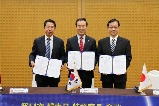 '제14차 한,중,일 특허청장 회담'에 참석한 3개국 특허청장이 업무협약서를 펼쳐보이고 있다. (왼쪽에서부터 션창위(SHEN Changyu) 중국 특허청장, 김영민 특허청장, 이토 히토시(ITO Hitoshi) 일본 특허청장)