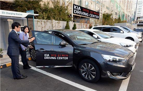 기아차가 최근 문을 연 서울 강서드라이빙센터에서 고객이 시승차량에 대해 설명을 듣고 있다.