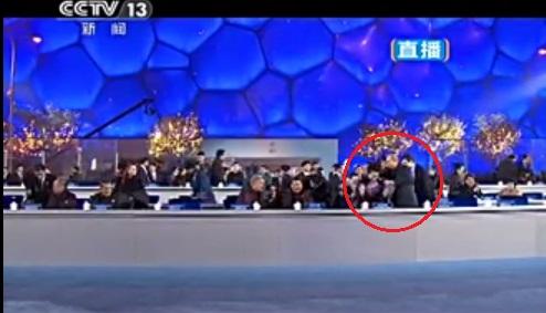 시진핑 중국 주석의 부인 펑 리 위안 여사에게 담요를 덮어주는 푸틴 러시아 대통령 (출처 : 유튜브)