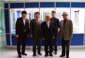 정재원 정식품 명예회장(가운데)이 세계 최초 '콩세계과학관' 건립에 2억원을 후원했다.