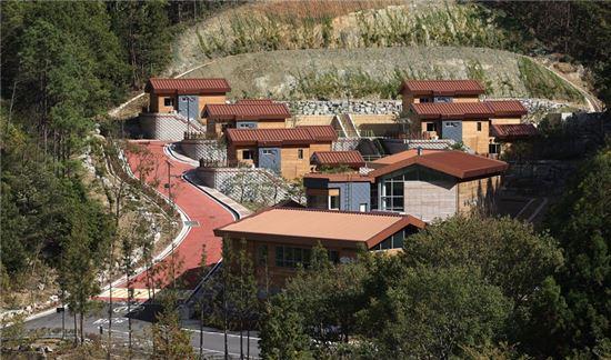 <전남권 환경성질환예방관리센터가 보성군 웅치면 제암산 자연휴양림 자락에 들어섰다. 보성군은 자연체험과 치유 등 각종 프로그램을 운영할 계획이다.>