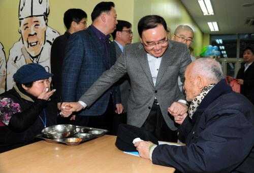 정홍원 국무총리.<자료사진, 사진은 지난해 12월 21일 종로구 경운동 서울노인복지센터를 방문, 한 어르신과 인사를 나누고 있는 모습>