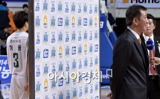 [포토]허재 감독, '패전에도 미소 짓는 이유는?'