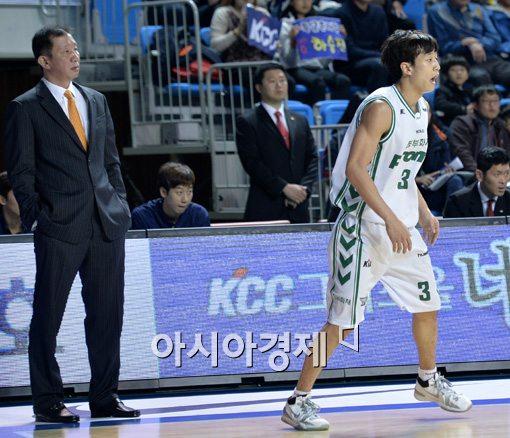 허재 감독(왼쪽)과 허웅[사진=김현민 기자]