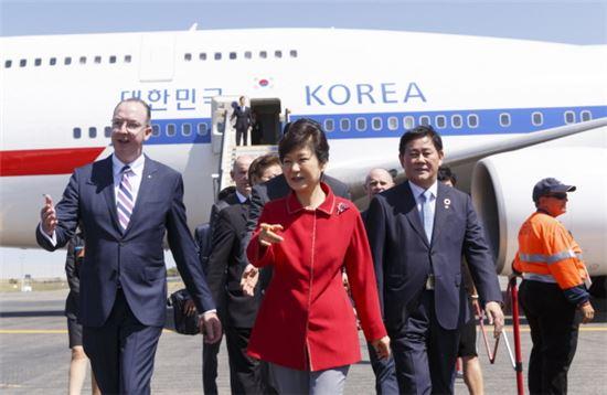 박근혜 대통령이 G20 정상회의 참석을 위해 14일 오전 호주 브리즈번 국제공항에 도착하고 있다.(사진제공 : 청와대)