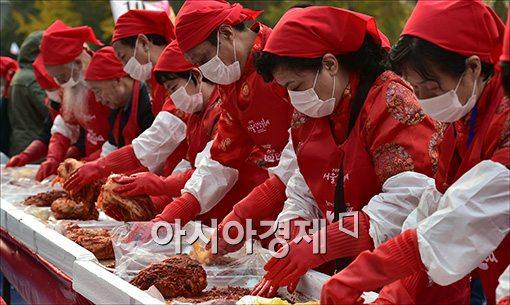 [포토]김장 담그는 중국인 관광객들