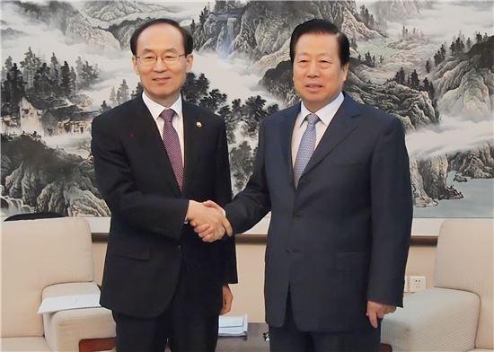 ▲윤성규 환경부 장관(사진 왼쪽)은 15일(현지시각) 오후 중국 북경 중국환경과학원에서 저우성셴 중국 환경보호부장관과 양자회담을 갖고 한-중 미세먼지 저감 실증협력 사업 추진 방안 등에 대해 논의했다.