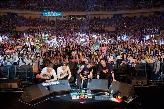 지난 6월15일 그룹 씨엔블루가 중국 상하이에서 콘서트를 마친 후 팬들과 함께 기념사진을 찍고 있다. (사진제공=FNC엔터테인먼트)
