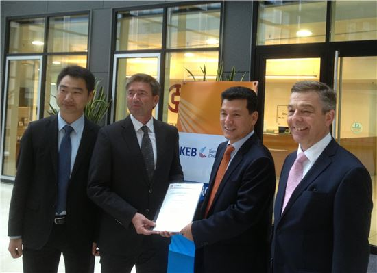 이상화 독일외환은행장(사진 왼쪽에서 세번째)은 17일 중국은행 프랑크푸르트지점에서 열린 '위안화 계좌개설 및 업무협약식'에서 베른트 마이스트(Bernd Meist) 중국은행 프랑크푸르트지점 이사(왼쪽에서 두번째)를 비롯한 관계자들과 기념촬영을 하고 있다.(자료제공:외환은행)