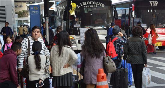 지난 7일 인천국제공항에서 중국인 단체 여행객들이 관광버스에 탑승하기 위해 대기하고 있다. 최우창 기자 smicer@