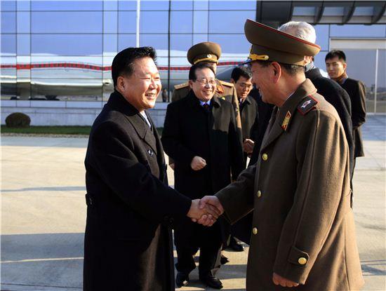김정은 북한 국방위원회 제1위원장의 특사 자격으로 러시아 방문길에 오른 최룡해 노동당 비서가 평양공항에서 환송나온 간부들과 악수하고 있다.