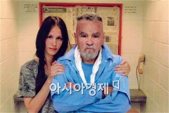 찰스 맨슨(오른쪽)과 일레인 버튼 [사진=유튜브 캡처]