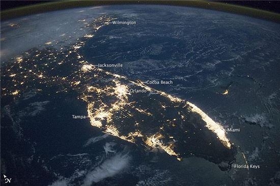 ▲마이애미, 탬파베이, 올랜도 지역이 밝게 빛나고 있다.[사진제공=NASA]