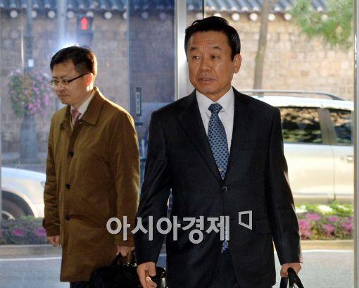 [포토]창성동 정부청사 별관으로 출근하는 박인용 국민안전처 장관 내정자