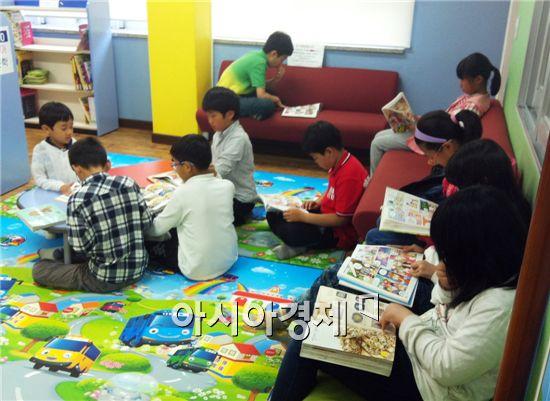 어린이들이 도서관에서 책을 읽고있다.