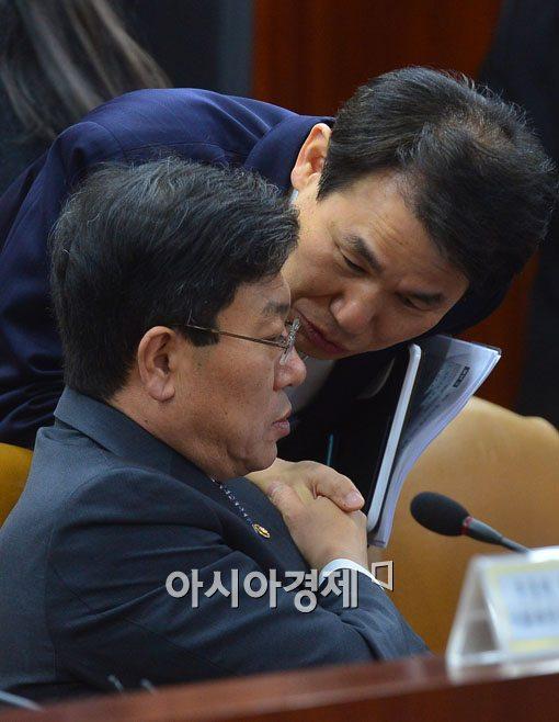 [포토]이야기 나누는 윤상직 장관-정은보 차관보