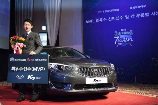 [포토]프로야구 MVP 서건창, 기아차 K7 선물 받아