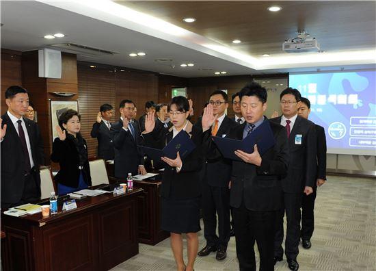 신한생명 임원, 부서장 등이 '개인정보보호 준법 서약식'에 참여하고 있다.