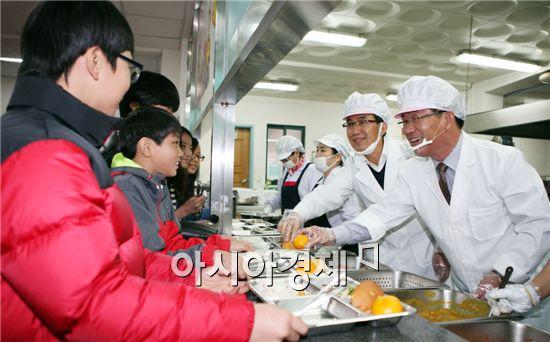 강인규 나주시장이 17일 영산포초등학교에서 배식을 하고있다.