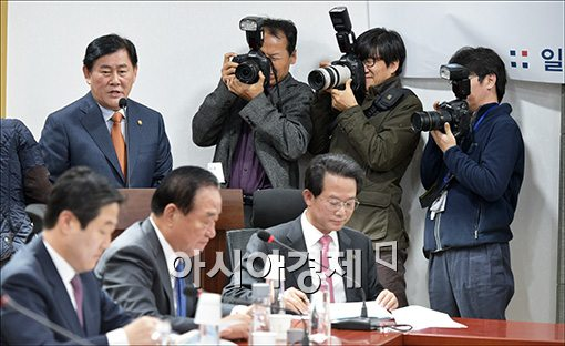 [포토]친박 모임 참석한 최경환 경제부총리