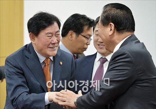 [포토]인사하는 최경환·서청원