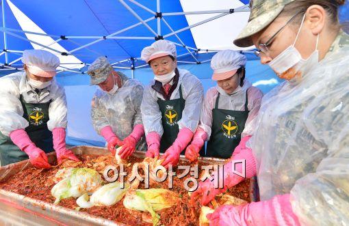 [포토]중구 사랑의 김장 담그기 행사, '미군도 참여했어요~'