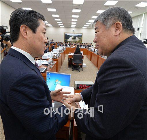 [포토]악수하는 김우남·유기준 위원장